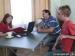 الجدة مارس الجنس من قبل اثنين من الرجال العاطلين عن العمل