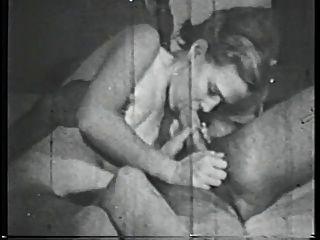 امرأة سمراء فاتنة الثدي مرح تمتص الديك على السرير