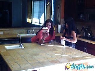 جبهة مورو قرنية في سن المراهقة كس يأكل في المطبخ