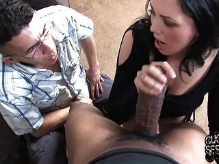 زوجة البيضاء يأخذ الديك ضخمة سوداء أمام الديوث المتواضع
