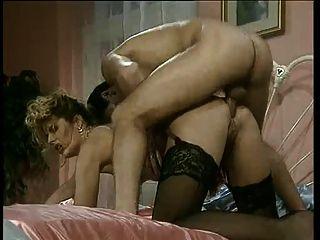 الاباحية الايطالية مارس الجنس في كل من الثقوب من قبل اثنين من ديكس ضخمة!