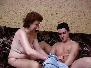 أمي الناضجة الروسية في جوارب طويلة وابنها!الهواة!