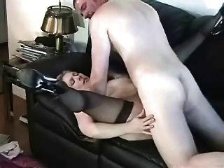 ناضجة مارس الجنس من الصعب على الأريكة