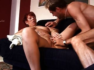 الجنس سيدة ناضجة على الأريكة