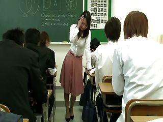 هزاز بعيد تحت تنورة المعلم