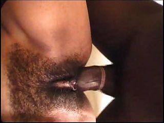 يدير الرجل الأسود في الليل ب) DWH (