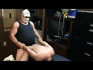 رجل كبير السن مارس الجنس صبي