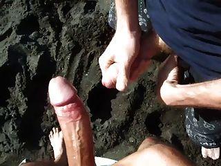 2 الاصحاب wanking على الشاطئ