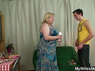 يحصل غضب زوجة عندما يجد لها رجل سخيف الجدة الكبيرة