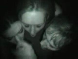 ثلاثة اللسان فتاة في ملهى ليلي