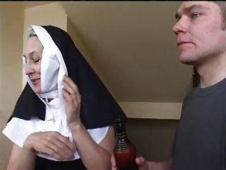 راهبة إيرينا مع اثنين من اللاعبين