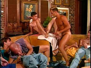 الساخنة، وعلق: تسعة رجال في غرفة واحدة يعني الجنس الساخن