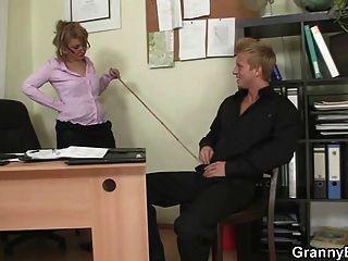 سيدة مكتب يعطي رئيس ويحصل مارس الجنس