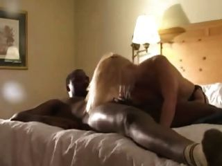 شقراء في جوارب سوداء مارس الجنس من قبل عشاق السوداء (camaster)