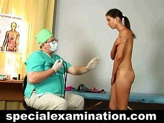 الفحص الطبي gyno من امرأة سمراء الشباب