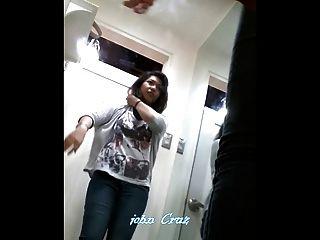 بوسو المتلصص كاميرا خفية pinay في سن المراهقة المناسب في غرفة خلع الملابس