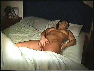 عارية في السرير