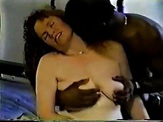 زوجة ناضجة تأخذ ذلك الأسود، ويأخذ من الصعب