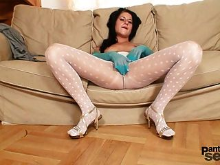 فاتنة جميلة في جوارب طويلة النايلون الأبيض يحصل سيئة