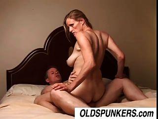 بصورة عاهرة ناضجة فاتنة TJ يحب أن يمارس الجنس مع رجل محظوظ