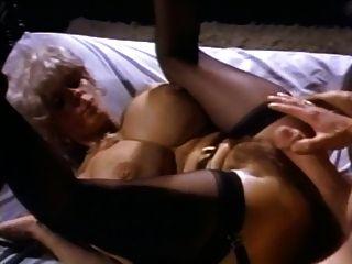 الساخنة ناضجة مع الثدي لطيفة يحصل مارس الجنس من قبل جون هولمز وصاحب الديك الأسطوري