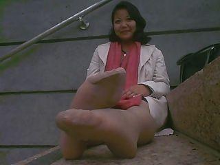 الآسيوية أقدام نتن ناضجة بعد العمل