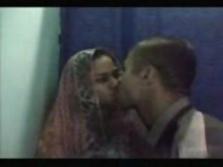 الشباب دس زوجين ممارسة الجنس في كوخ مقهى الانترنت