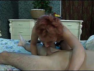 الصبي يكسر الحمار من امرأة ناضجة.