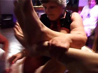 اثنين من الجدات الدهون gangbanged بواسطة الأزرار الشباب