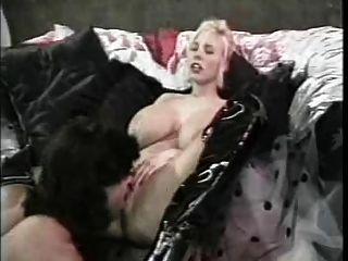 تيفاني أبراج ضخمة الثدي أحذية جلدية سوداء