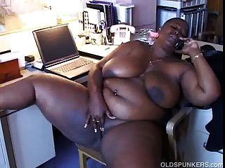 كبيرة سوداء فاتنة جميلة مع ضخمة الثدي يحب الحديث