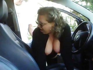 امرأة ناضجة سخيف صبي في سيارته
