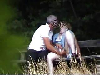 أمي في حديقة يلهون مع صديق صبي