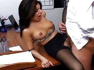 وزير مفلس في جوارب طويلة محض يمارس الجنس المكتب