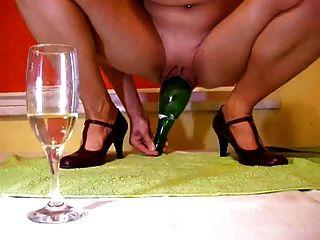 زجاجة الشمبانيا في كس