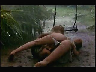 مشهد الجنس في المطر والطين