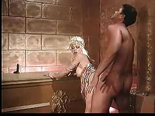 شقراء ناضجة مارس الجنس من الصعب في الحمام JP SPL