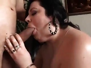 BBW امرأة تمتص والملاعين في غرفة المعيشة