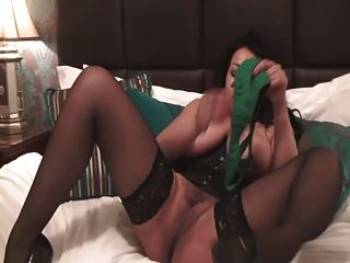 يلعب البريطانية وقحة دانيكا مع نفسها في الباسك الأخضر