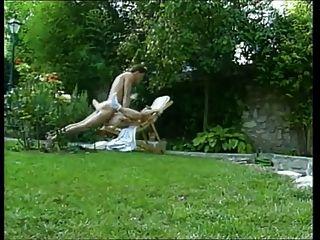 امرأة ناضجة مارس الجنس في حديقة