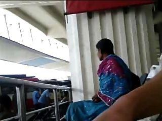 التاميل الديك الرجل فلاش في busstand للفتاة