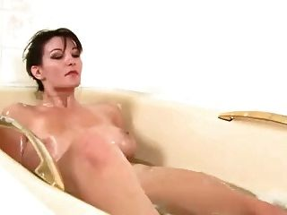 فتاة جميلة مع العضو التناسلي النسوي شعر جدا اللعب في الحمام