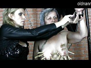 مربية القديمة: دومينا ناضجة القيام ألعاب بدسم مع الجدة
