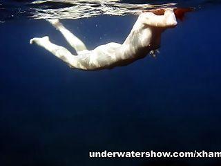 nastya لطيف السباحة عارية في البحر