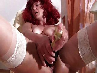 أحمر الشعر ناضجة في جوارب الملاعين زجاجة النبيذ عميق