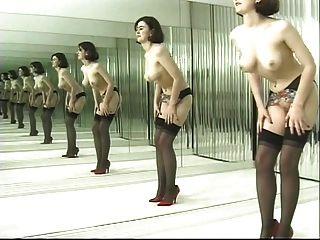 رقصات امرأة سمراء لعوب في جوارب سوداء