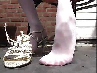 يثير شقراء الساخنة في جوارب طويلة بيضاء