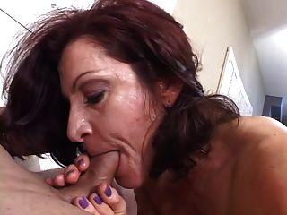 امرأة سمراء ناضجة الساخنة تمتص ببراعة الديك بينما يدخن سيجارة