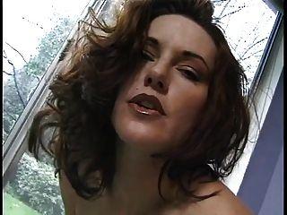 وقحة سيئة مع أباريق كبيرة تقلع سراويل داخلية لها والتدليك على بوسها