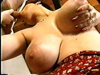 أمي قرنية مع الثدي الجميلة